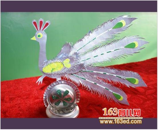 [图文]幼儿小手工:易拉罐制作的孔雀