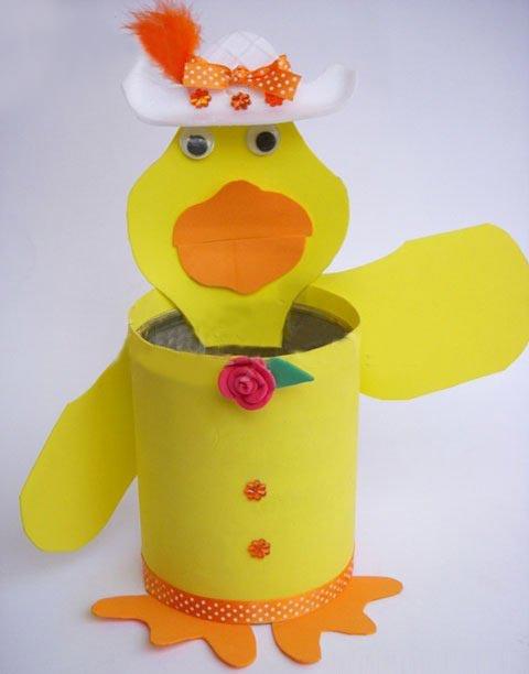用易拉罐手工制作精美的小黄鸭笔筒—儿童手工制作网