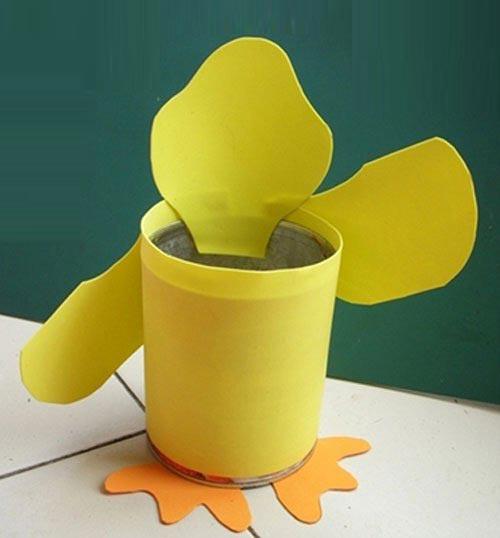 用易拉罐手工制作精美的小黄鸭笔筒