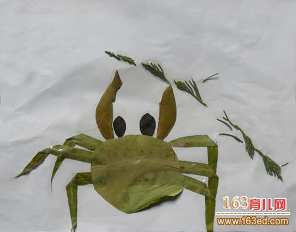 儿童树叶粘贴画作品图片:勇敢的螃蟹