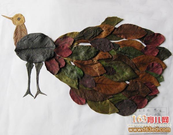 儿童树叶粘贴画作品:高贵的孔雀