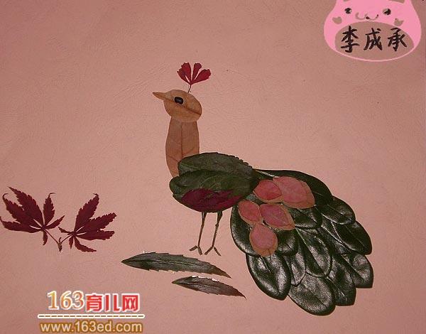 一只休闲的孔雀_儿童树叶粘贴画作品