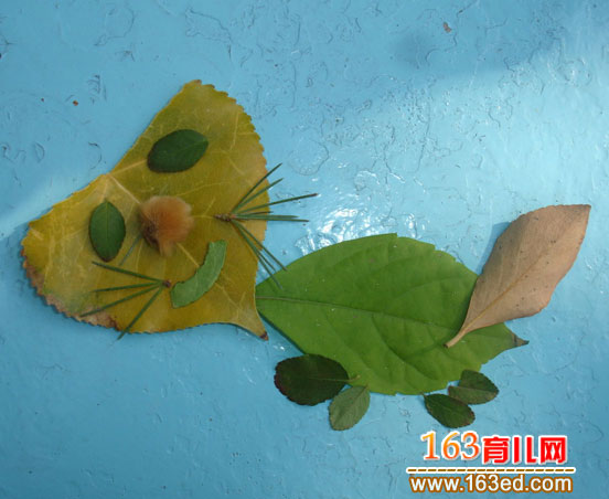 树叶粘贴画作品:淘气的小猫咪